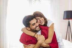 Paare, die nachdem dem Aufwachen umarmen lizenzfreie stockbilder