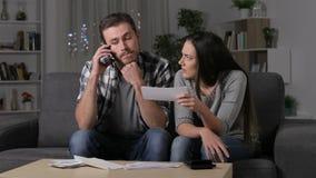 Paare, die nachdem um Telefon, um ersucht worden ist zu behaupten warten stock footage