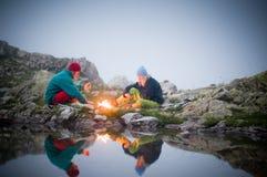 Paare, die nachts kampieren Lizenzfreie Stockbilder