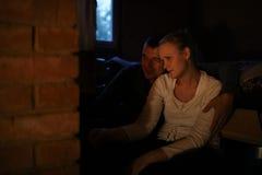 Paare, die nahe Ofen sich wärmen lizenzfreie stockfotografie