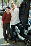 Paare, die nahe twizy elektrischem stehen Lizenzfreie Stockfotografie