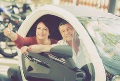 Paare, die nahe twizy elektrischem stehen Stockbilder