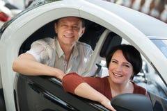 Paare, die nahe twizy elektrischem stehen Stockfotografie