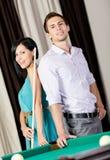 Paare, die nahen Billardtisch stehen Stockfotografie