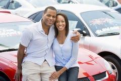 Paare, die neue Autos betrachten Lizenzfreies Stockbild