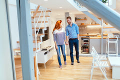 Paare, die in neue Wohnung sich bewegen Lizenzfreie Stockfotos