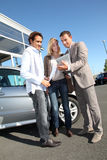 Paare, die neues Auto kaufen Stockbild