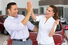 Paare, die neues Auto kaufen Stockbilder