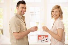 Paare, die neues Haus feiern Lizenzfreies Stockbild