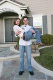 Paare, die neues Haus feiern Stockbild