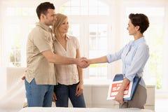 Paare, die neues Haus kaufen Stockbilder