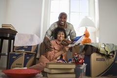 Paare, die in neues Haus sich bewegen Stockfotos