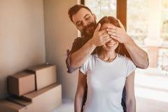 Paare, die in neues Haus sich bewegen Lizenzfreie Stockfotos