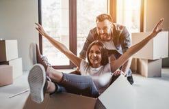 Paare, die in neues Haus sich bewegen Stockfoto