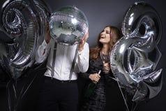 Paare, die neues Jahr ` s Vorabend feiern lizenzfreie stockfotografie