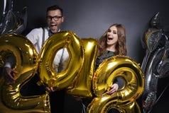 Paare, die neues Jahr ` s Vorabend feiern lizenzfreie stockfotos