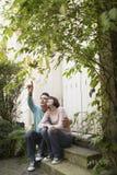 Paare, die oben auf Schritten schauen Lizenzfreie Stockfotografie