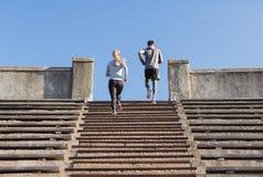 Paare, die oben auf Stadion laufen Stockfotos