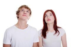 Paare, die oben schauen. Stockbilder