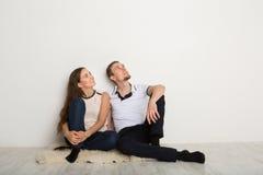 Paare, die oben weißem Hintergrund betrachten Stockbilder