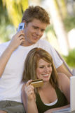 Paare, die online kaufen Stockbilder