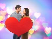 Paare, die Papierherz halten Lizenzfreies Stockbild