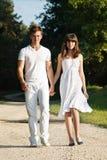 Paare, die in Park gehen lizenzfreie stockbilder