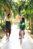 Paare, die am Park rütteln lizenzfreies stockbild