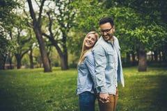Paare, die am Park stehen lizenzfreies stockfoto