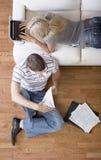 Paare, die persönliche Finanzen handhaben Lizenzfreie Stockfotos