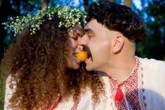 Paare, die Pfirsiche im Park essen lizenzfreies stockfoto