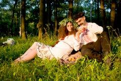 Paare, die Pfirsiche im Park essen lizenzfreie stockbilder