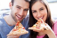 Paare, die Pizza essen Stockfotografie
