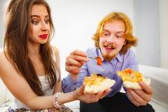 Paare, die Pizza essen lizenzfreie stockfotos