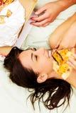 Paare, die Pizza im Bett essen