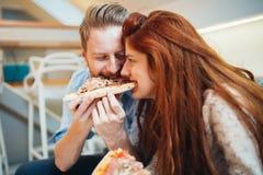 Paare, die Pizza und das Essen teilen stockfotografie
