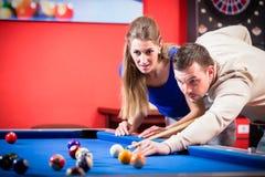 Paare, die Pool spielen lizenzfreies stockfoto