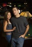 Paare, die Projektor betrachten. Stockfotografie