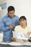 Paare, die Rechnungen besprechen Stockfotos
