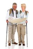 Paare, die Richtungskarte überprüfen Stockfotografie