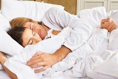 Paare, die Romance auf Bett zeigen Lizenzfreie Stockfotos