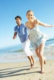 Paare, die romantischen Strand-Feiertag genießen Stockfoto