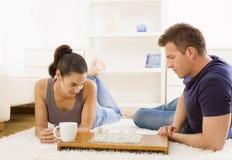 Paare, die Schach spielen Lizenzfreie Stockfotos