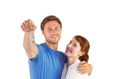 Paare, die Schlüssel zum Haus halten Lizenzfreies Stockbild