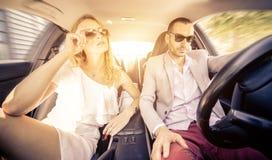 Paare, die schnell auf einen Sportwagen fahren Stockfotografie