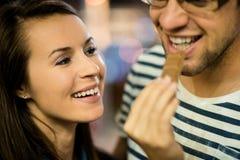 Paare, die Schokolade auf Datum nachts essen lizenzfreies stockfoto