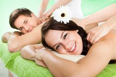 Paare, die Schultermassage am Badekurort empfangen Lizenzfreies Stockbild