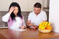 Paare, die schwieriges haben, Unkosten zu berechnen Lizenzfreie Stockfotos