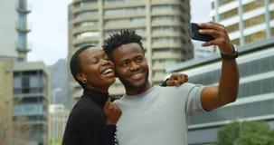 Paare, die selfie auf Stadtstraße 4k nehmen stock video