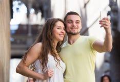 Paare, die selfie an der Straße tun Stockfotografie